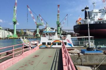 波止浜港から渡船が出ます。 乗船券は待合所の自動販売機でご購入ください。